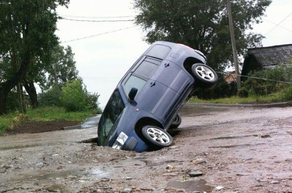 На улице Комсомольской автомобиль стал жертвой размытого асфальта.