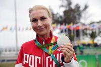 Ольга Забелинская, завоевавшая серебряную медаль в индивидуальной гонке с раздельным стартом на соревнованиях по шоссейному велоспорту среди женщин на XXXI летних Олимпийских играх, после церемонии награждения.