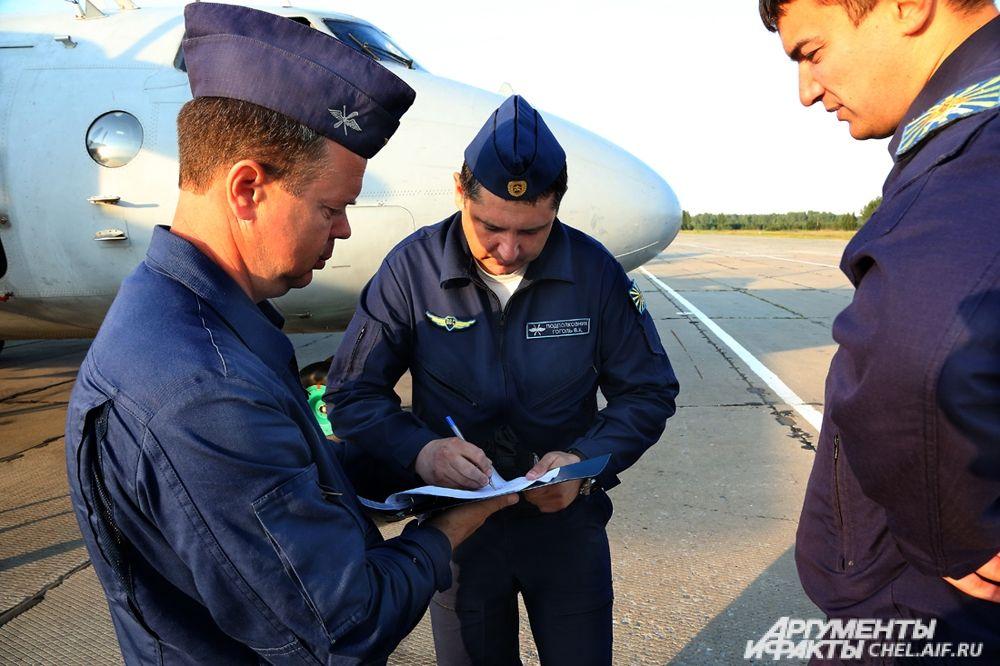 Члены экипажа готовятся к полёту.