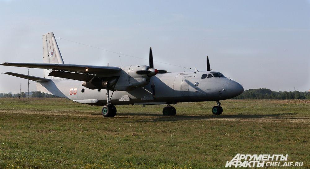 Самолёт АН-26Ш на грунтовой полосе.