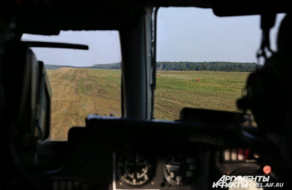 Вид из кабины самолёта на грунтовую полосу.