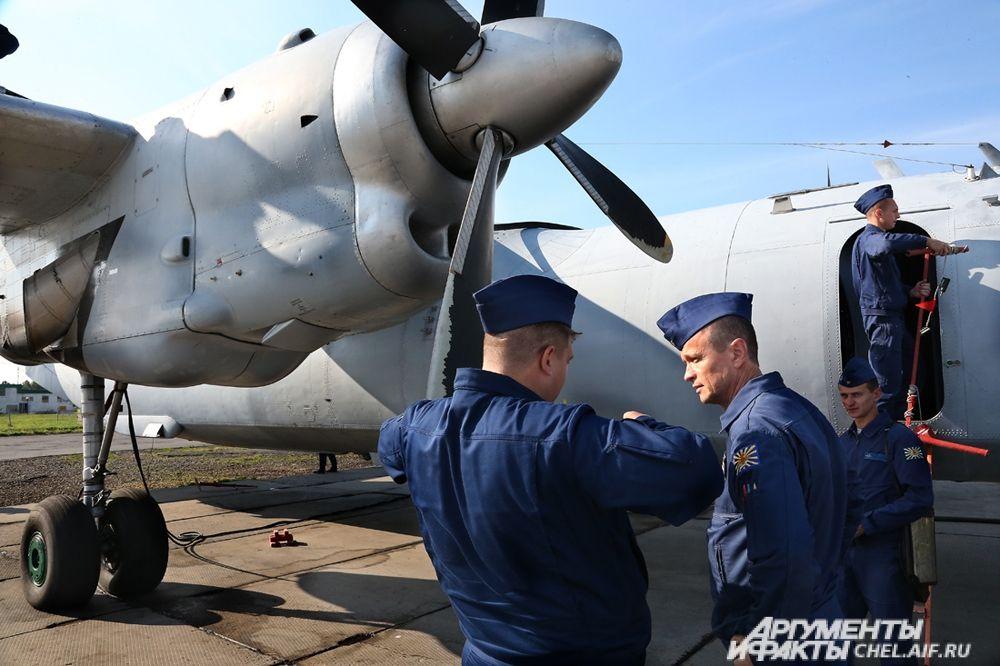 Экипаж самолёта после посадки.