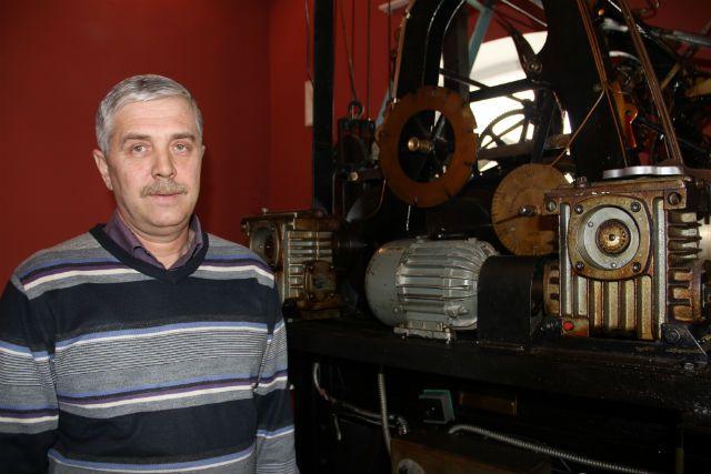 Евгений Фролов, хранитель Симбирского времени возле механизма городских часов.