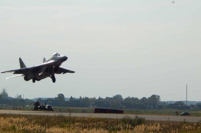 Украинские истребители отработали посадку ивзлет с дороги