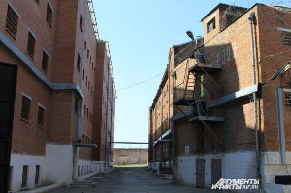 Слева – новое здание тюрьмы.