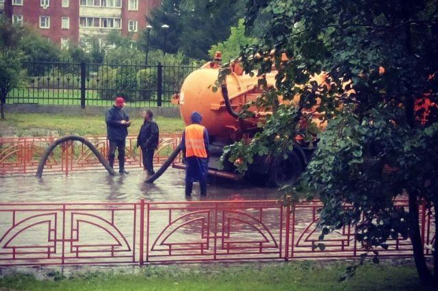 Последствия многочасового ливня устраняют вИркутске