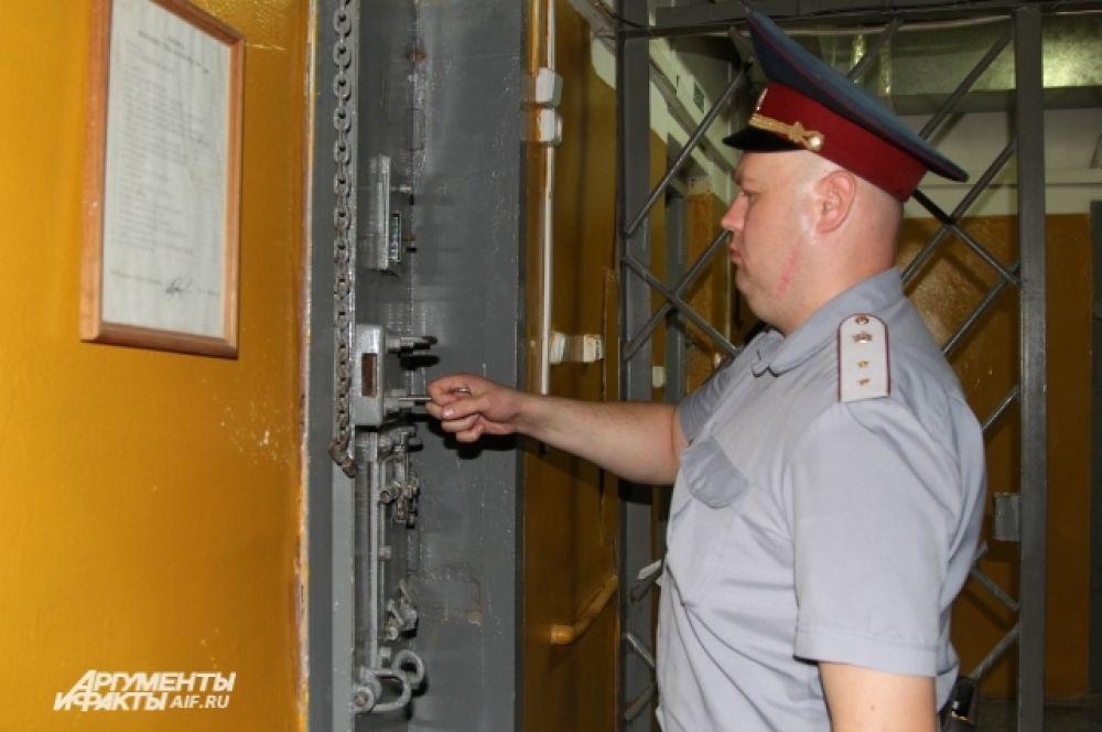 Почти год Савченко провела в следственном изоляторе Новочеркасска. Надзиратель открывает камеру, где она сидела. Камера Савченко располагается ближе всего к выходу.