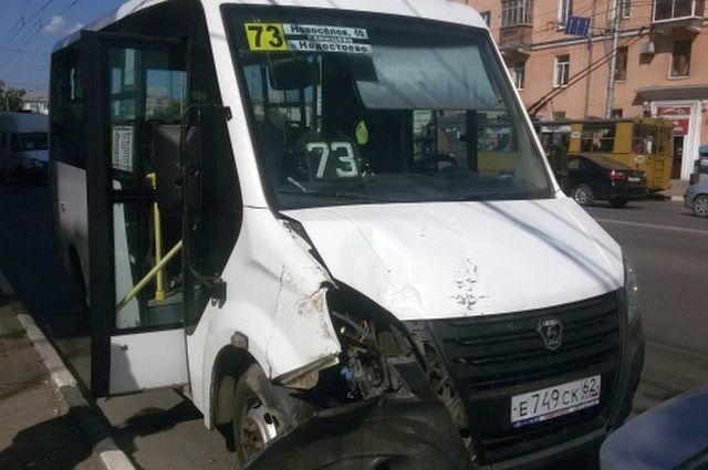 Вцентре Рязани маршрутка врезалась втроллейбус