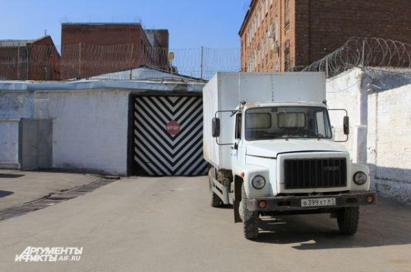 Из СИЗО Новочеркасска подследственных на «воронке» возят на заседания суда.