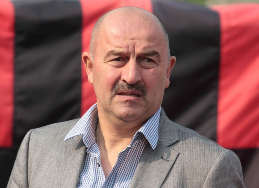 Станислав Черчесов родился 2 сентября 1963 года в городе Алагир Северо-Осетинской АССР (ныне Республика Северная Осетия — Алания). Футболом начал заниматься в школе «Спартак». В детстве играл на поле как в качестве нападающего, так и в качестве голкипера.