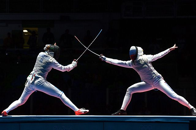 Элиза Ди Франчиска и Инна Дериглазова в финальном поединке индивидуальных соревнований по фехтованию на рапирах среди женщин на XXXI летних Олимпийских играх.