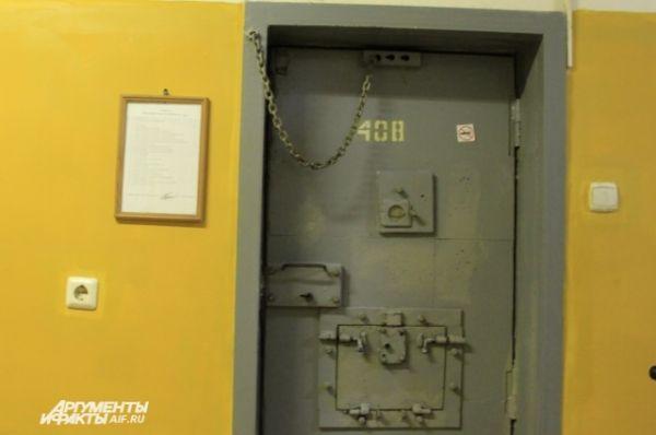 Камеры делятся для тех заключенных, кто курит и некурящих. Эта камера для некурящих, о чем свидетельствует значок на двери.