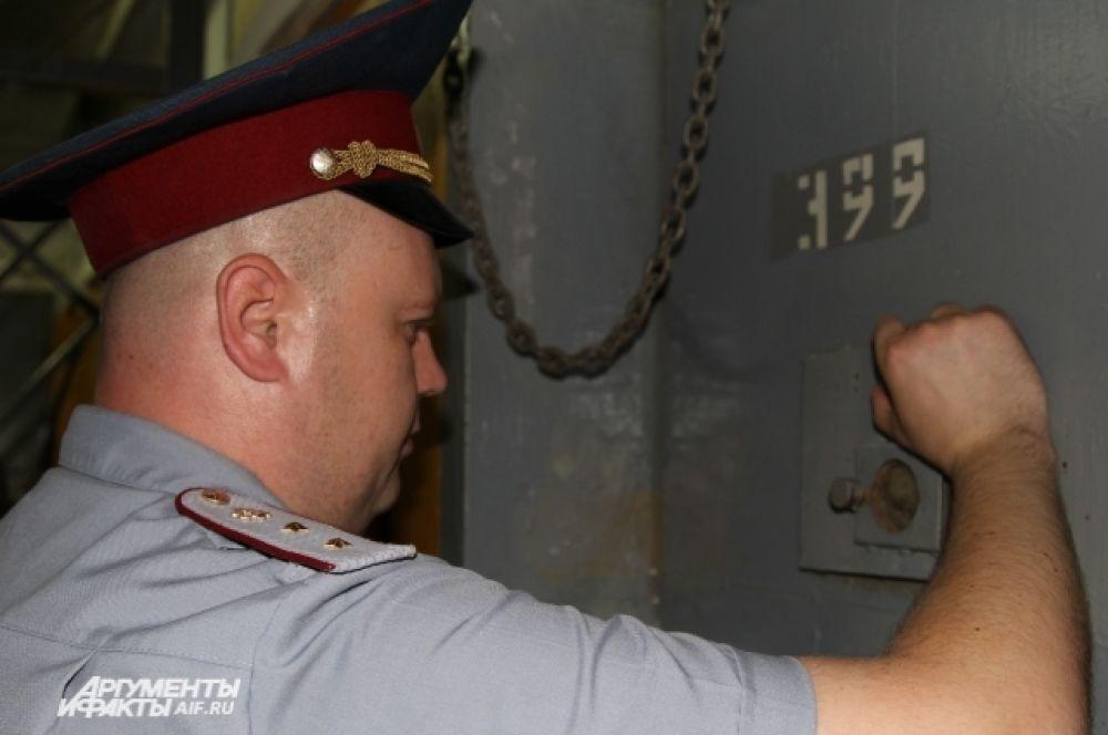 Дежурный надзиратель смотрит в глазок камеры. В течение века тюрьма для смертников в Новочеркасске стала следственным изолятором. Теперь здесь сидят в основном подозреваемые в совершении преступления, ожидая своего приговора.