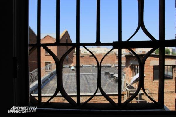 Такой вид из окна камеры был у Савченко.