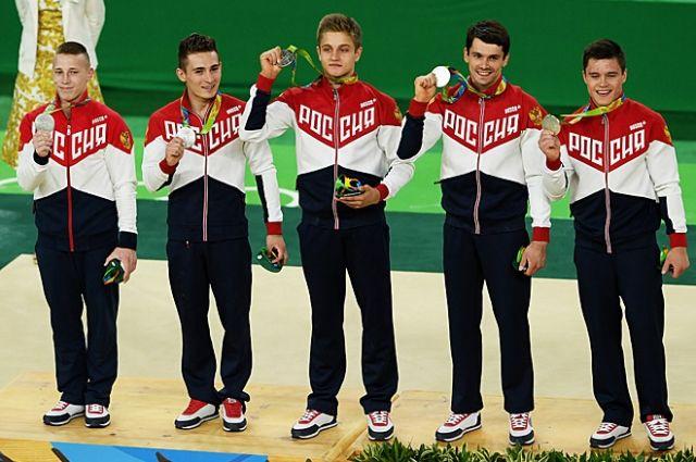 Никита Нагорный (крайний справа) в составе сборной России по гимнастике.