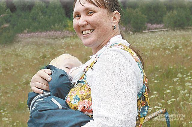 Елена Сметанина на покос берёт с собой сына.