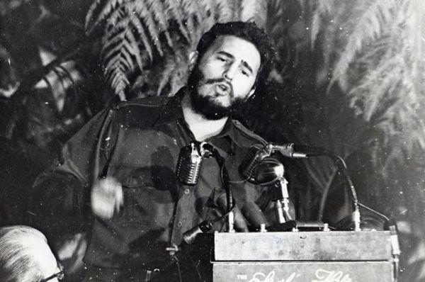 В начале 50-х годов Фидель вступил в Партию кубинского народа, а в 1952 году был выдвинут от этой партии кандидатом в депутаты Национального конгресса Кубы. Однако выборы не состоялись в связи с государственным переворотом, осуществлённым в марте 1952 года военными во главе с генералом Батистой, и установлением диктатуры.
