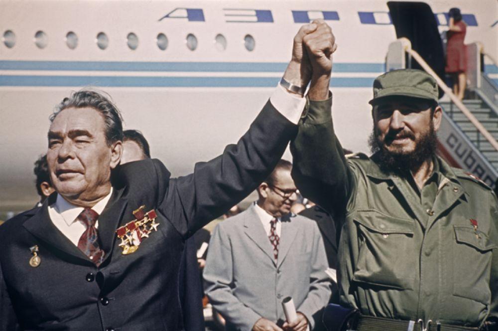 Стремясь противостоять этим угрозам, Кастро вступил в военный и экономический союз с СССР, разрешив последнему разместить ядерные ракеты на Кубе, что, по американской версии, спровоцировало карибский кризис 1962 года (по советской версии, кризис был спровоцирован предшествующим размещением американских ракет средней дальности в Турции).