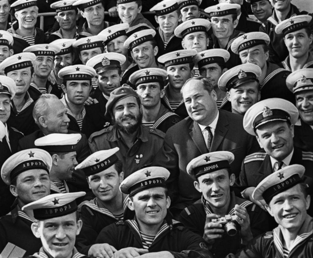 Председатель Государственного совета и Совета министров Республики Куба, лидер кубинской революции Фидель Кастро во время посещения легендарного крейсера «Аврора» в Ленинграде.