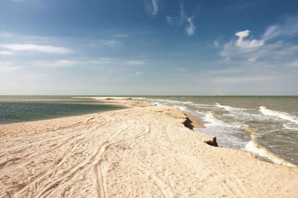 8. Долгая коса, Ейский район, Краснодарский край. Образованный ракушечником пляж на восточном побережье Азовского моря. Сама коса является ландшафтным памятником природы.