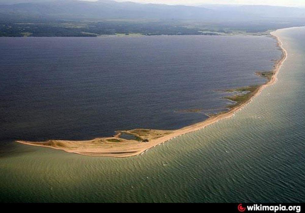 9. «Посольский сор», Байкал. Закрытый песчаной косой мелководный залив является одним из самых тёплых, доступных и безопасных мест на озере.