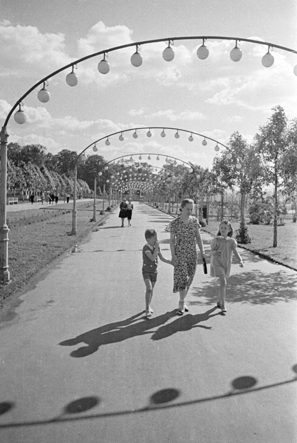 На прогулке с детьми в Центральном парке культуры и отдыха (ЦПКиО) имени Горького. Москва, 1952 год.