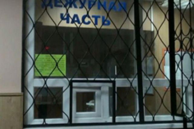 Задержанный порезал себе предплечье ручкой отведра вотделе милиции вПетербурге