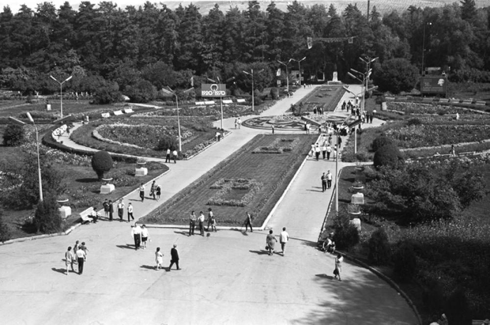 Аллея Центрального парка культуры и отдыха имени Горького, 1971 год.