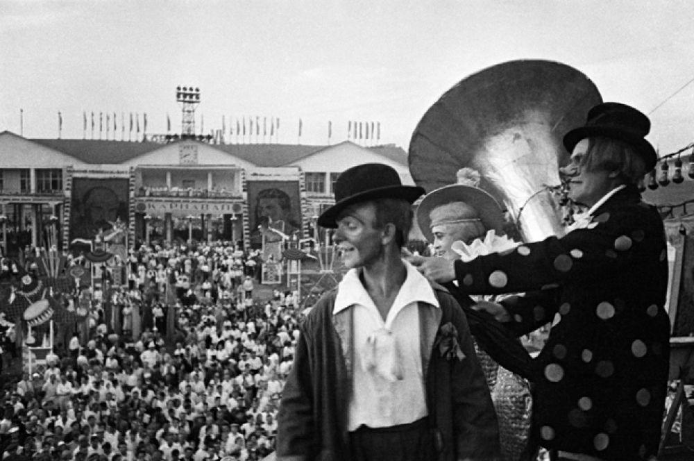 На карнавале в Центральном парке культуры и отдыха (ЦПКиО) имени Горького. Москва, 1938 год.
