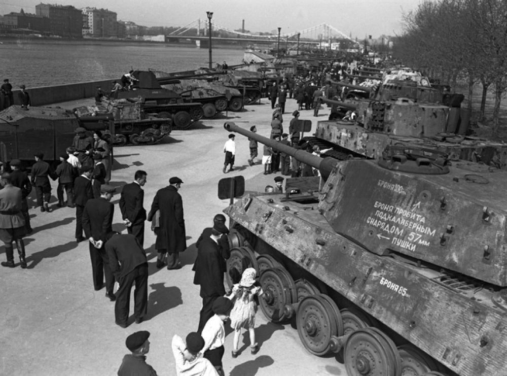 Москвичи на выставке трофейной военной техники на Пушкинской набережной ЦПКиО имени Горького. Выставка была открыта с 22 июня 1943 года по 1 октября 1948 года.