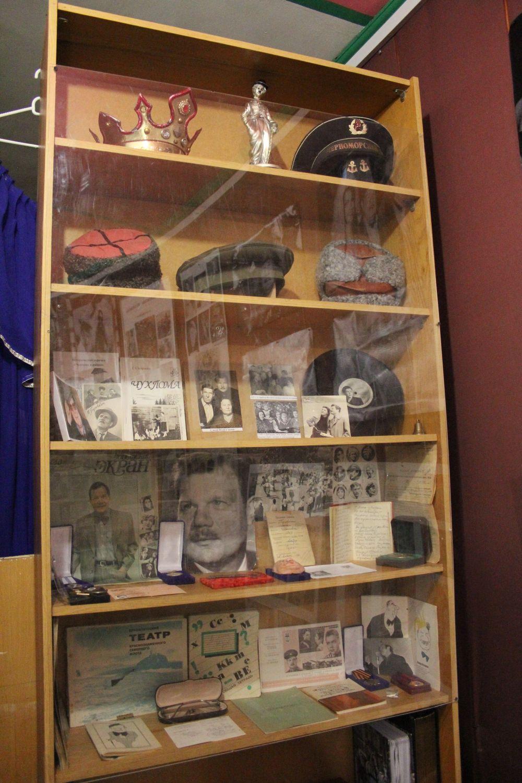 На полочке лежит и трудовая книжка известного актёра, а также его записная книжку, где любил записывать размышления о ролях, над которыми работал.