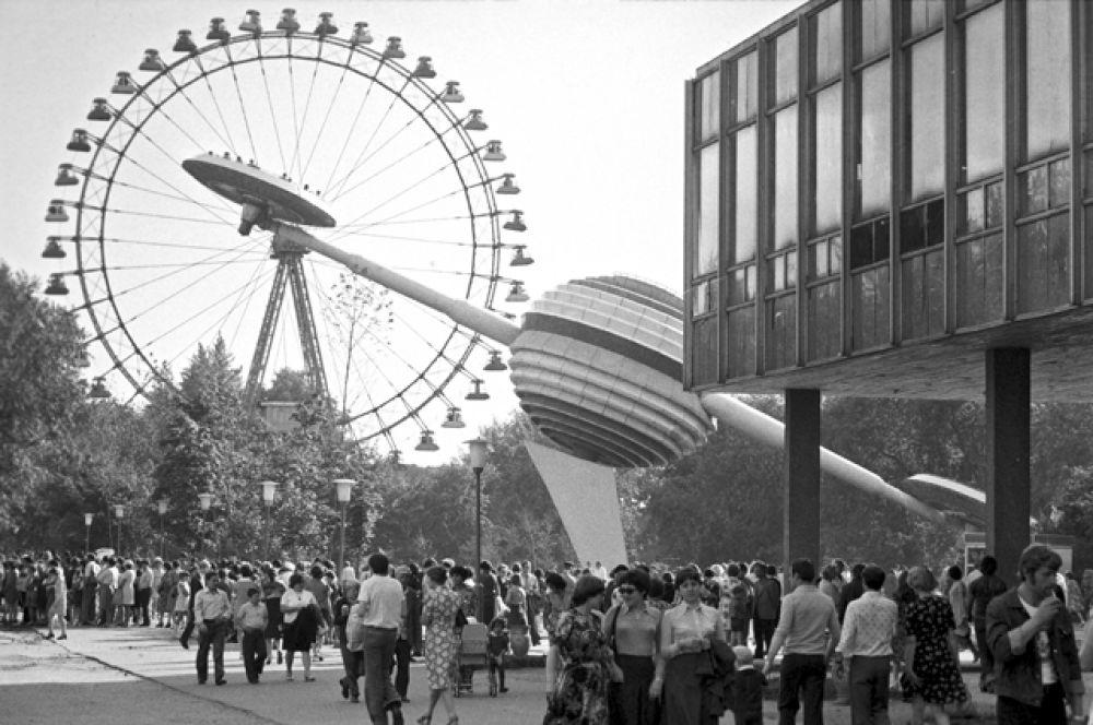 Аттракционы в центральном парке культуры и отдыха имени Горького в Москве, 1979 год.