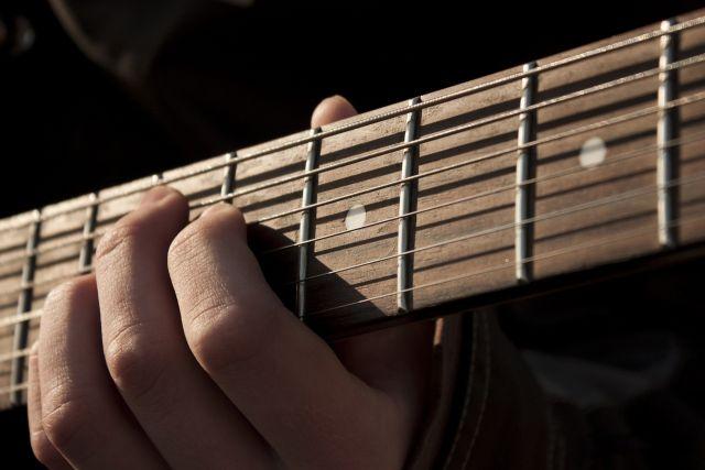 ВУльяновске преступник отобрал упрохожего гитару