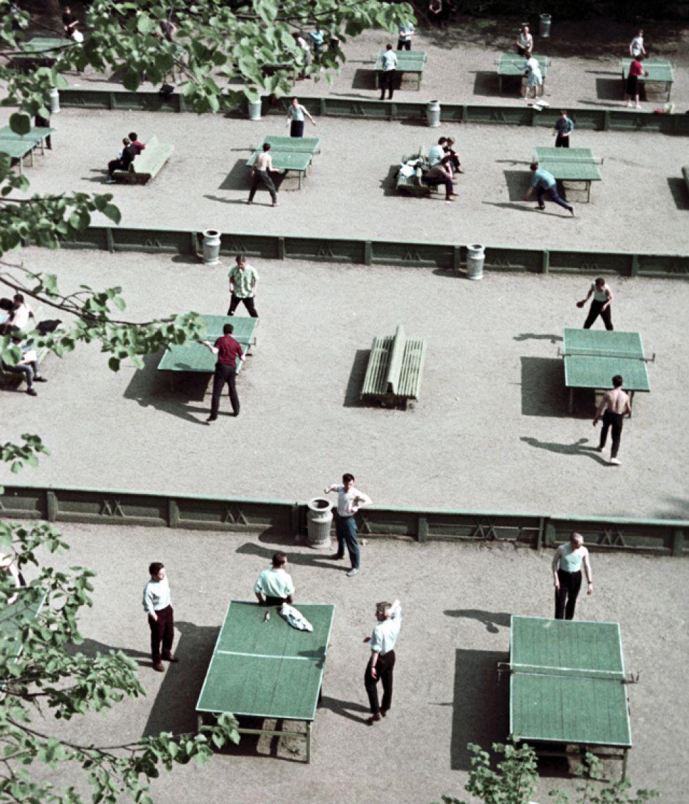 Москвичи играют в настольный теннис в парке Горького, 1963 год.