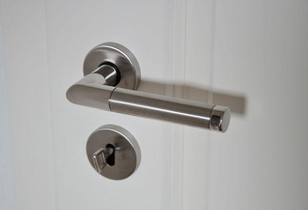 Дверные ручки в туалетах и дозаторы мыла
