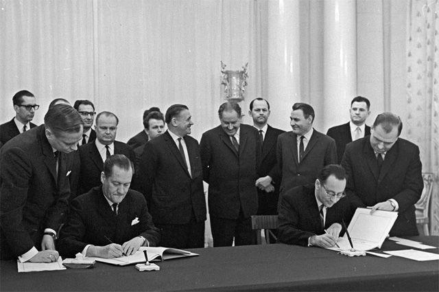 Начальник отдела МИД Финляндии Вели Хелениус (слева) и заведующий отделом МИД СССР Олег Хлестов во время подписания советско-финской консульской конвенции.