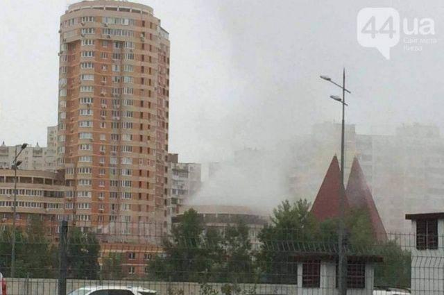 ВКиеве наподземном паркинге произошел взрыв: наместе работают пожарные