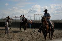 Операторы отрабатывают в манеже езду на лошади и работу с лассо.