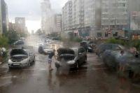 Автомобили у красноярцев глохли в огромных лужах.