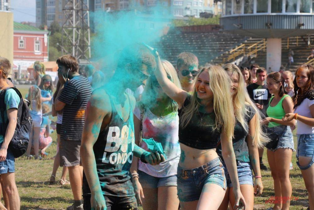 Разноцветные участники не переставали запускать друг в друга «снаряды» из краски.