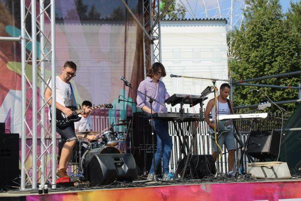 В течение дня на фестивальной сцене выступали танцевальные и музыкальные коллективы города.