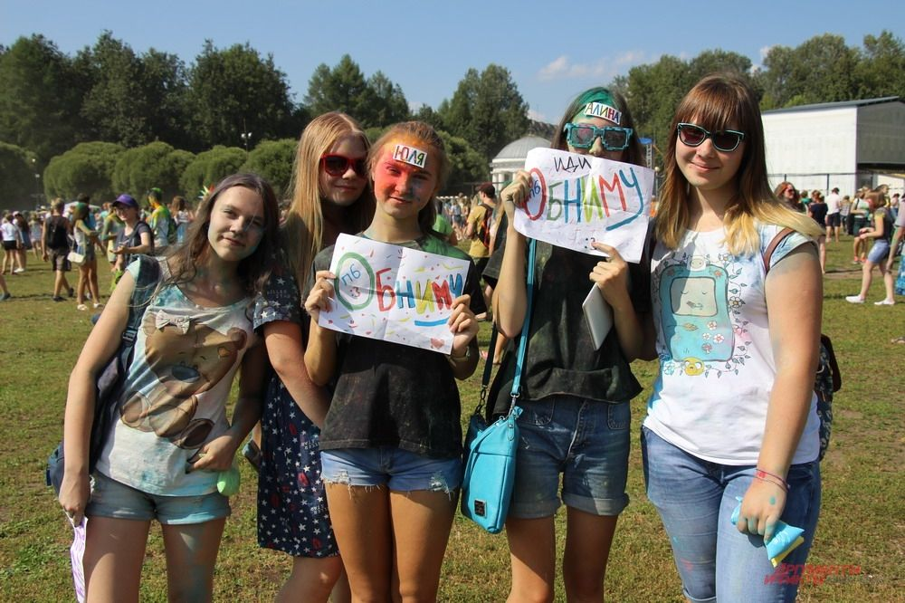 Любой желающий мог оказаться в объятьях гостей фестиваля с плакатами «Обниму», «Обнимашки», «Иди, обниму».