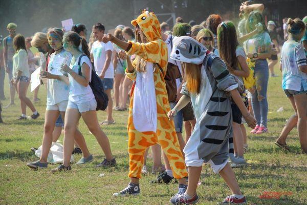 Среди гостей красочного праздника некоторые были в костюмах сказочных животных.