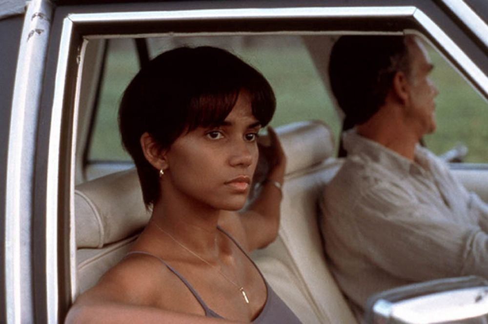 В 2002 году Берри сыграла Летицию Масгроув, жену казненного убийцы, в фильме «Бал монстров». Её исполнение было награждено Национальным советом кинокритиков США и Гильдией киноактёров США. Что интересно, она стала первой афроамериканкой, получившей «Оскар» за «Лучшую женскую роль», как и ее героиня Дороти Дендридж.