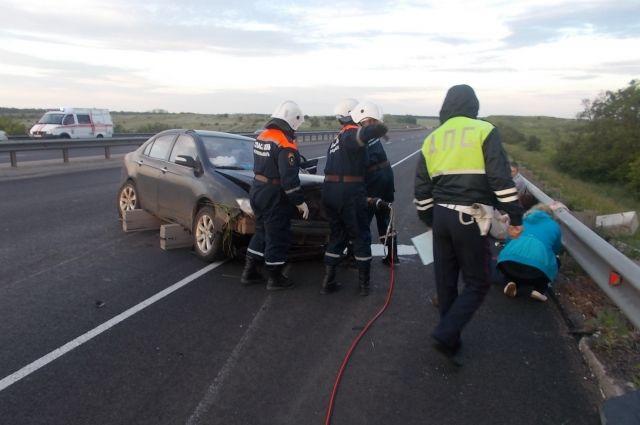 Из-за лопнувшего колеса машина потеряла управление