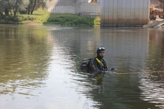 В настоящее время водолазы обследуют дно озера.