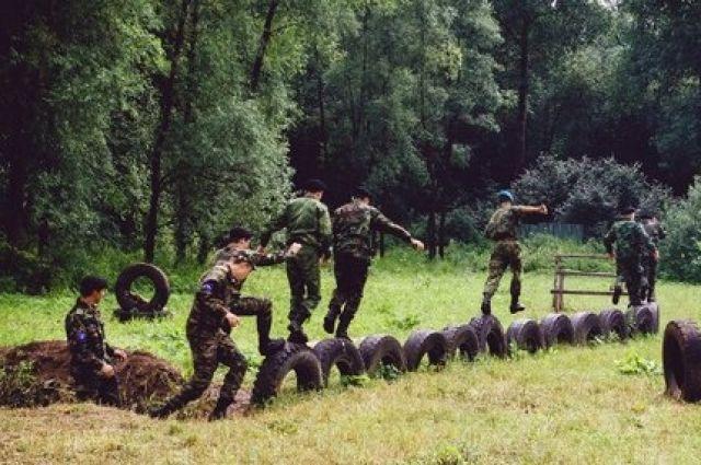 Под опекой казаков сотни кадетов обучаются азам военного дела.