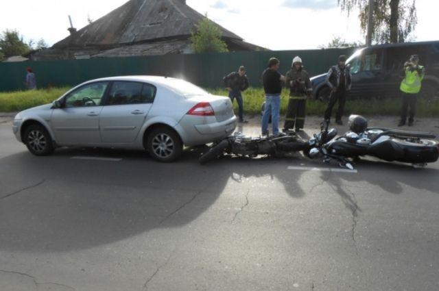 ВЯрославской области два мотоцикла оказались под машиной