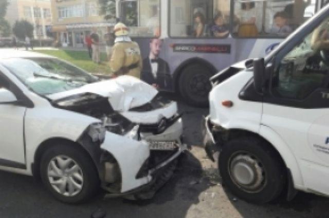 ВЧебоксарах пострадали 4 человека встолкновении иномарки, маршрутки итроллейбуса
