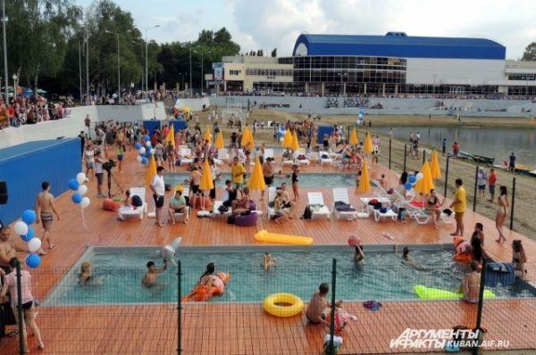 Качество воды в реке Кубань не позволяет купаться, поэтому городские власти презентовали краснодарцам необычный пляж - с тремя бассейнами, где вода фильтруется.